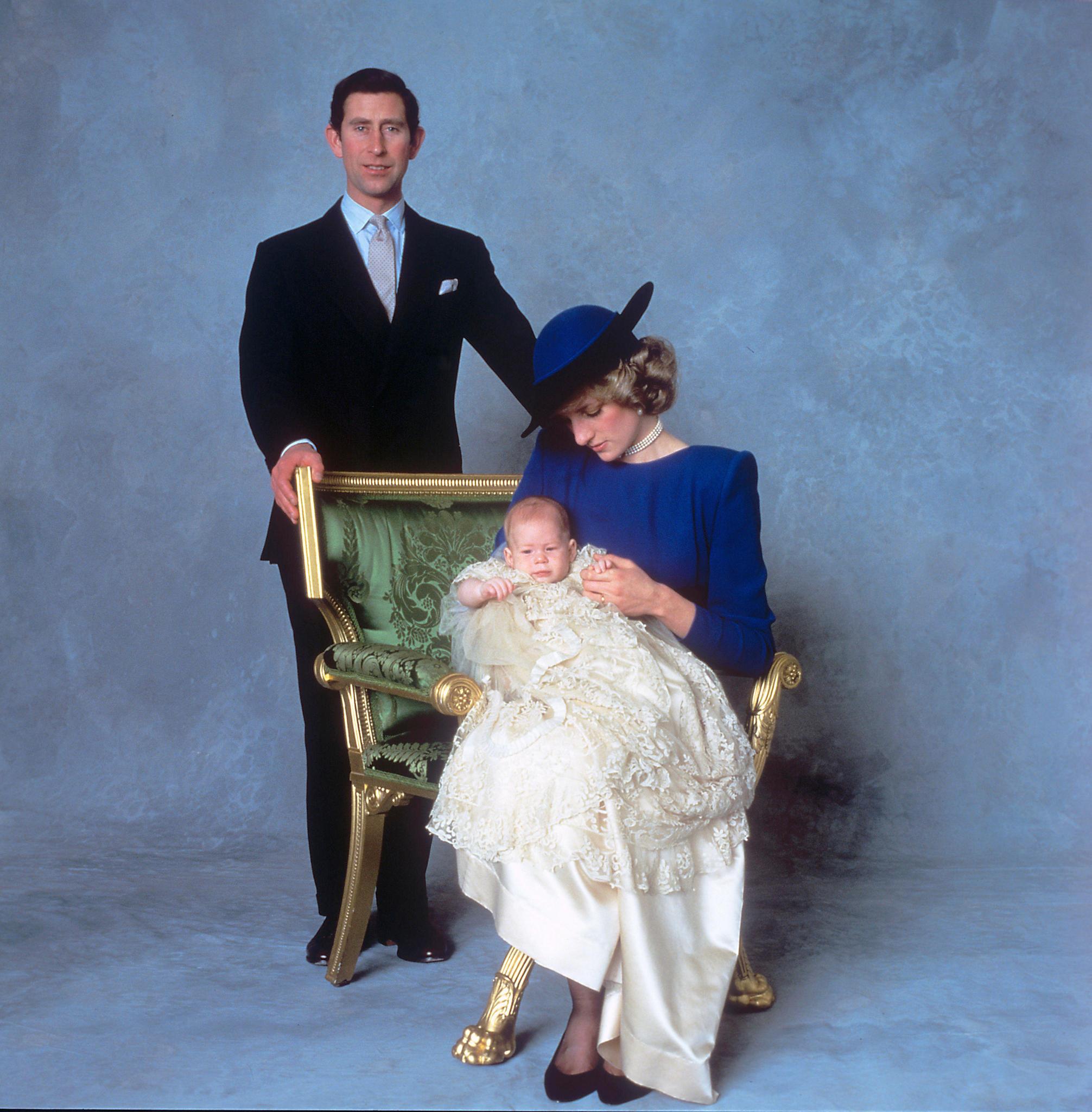 Prinz Charles und Ehefrau Diana posieren mit ihrem gerade getaufen Sohn Henry 1984 für das offizielle Bild.