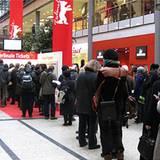 Viele Filmfans sichern sich Tickets für die Berlinale.