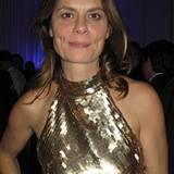 Sarah Wiener wirft sich in Pose und sieht in ihrem goldenen Pailettenkleid wirklich bezaubernd aus.