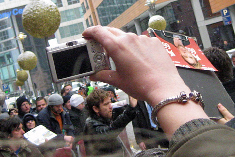 Auch im Getümmel verliert Ewan McGregor nicht den Überblick und nimmt sich Zeit für die Autogrammwünsche seiner Fans.
