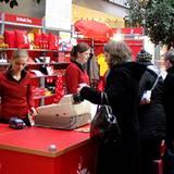 Die Damen vom Berlinale-Shop haben schon am Eröffnungstag gut zu tun.