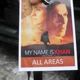 """Der Bollywoodstar Shahrukh Khan lief zwar nicht vor die Gala.de-Linse, aber ein Fahrer aus der """"My Name Is Khan""""-Crew zeigt weni"""