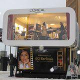 Im mobilen L'Oréal-Studio am Potsdamer Platz können sich Festivalbesucher kostenlos schminken lassen.