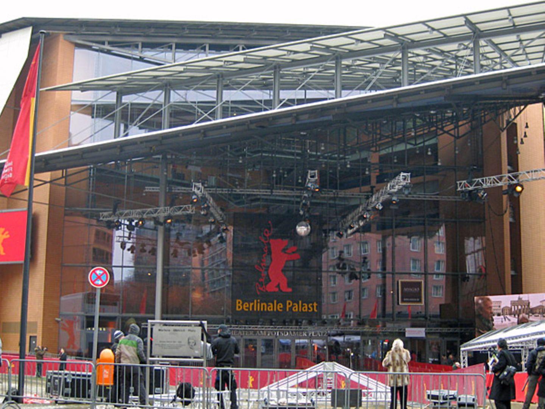 Der Berlinale-Palast in seiner vollen Pracht - nur das Wetter könnte besser sein.
