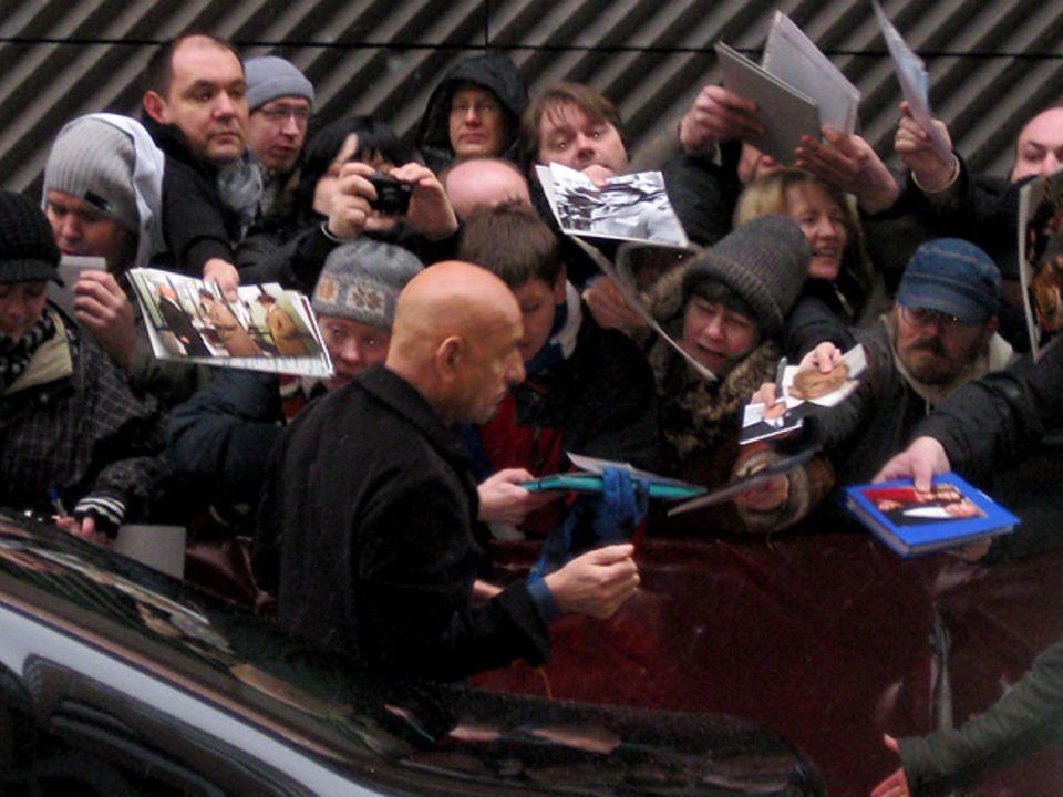 Sir Ben Kingsley lässt Fanherzen hoch schlagen und erfüllt bereitwillig Autogrammwünsche.