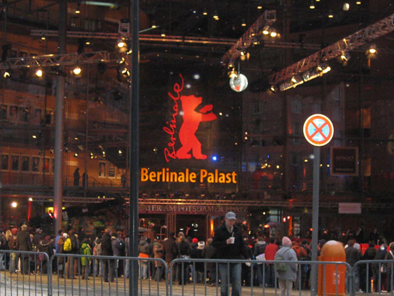 """Vor dem Berlinale-Palast haben sich zweieinhalb Stunden vor der """"Shutter Island""""-Premiere schon etliche Fans versammelt."""