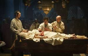 Rob (Tom Payne) lernt beim Großmeister Ibn Sina (Sir Ben Kingsley)