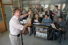 """Kein """"Stromberg"""" ohne """"Ernie"""". Bjarne Mädel probt mit dem Chor der Abteilung Schadensregulierung."""