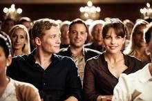 Felix (Matthias Schweighöfer) will sich Maren (Isabell Polak) annähern und ihr Interesse für sich gewinnen.