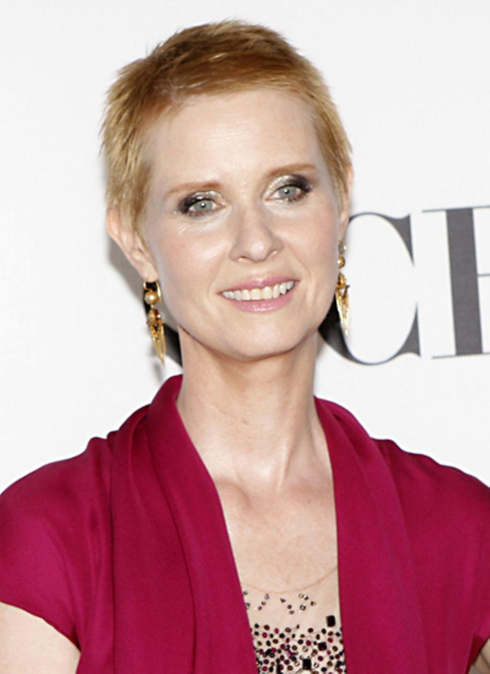 Wenn man wie Cynthia Nixon die Haare von einer, bei ihr rollenbedingten, Kahlrasur wieder länger züchtet, hilft kräftiges Augen-