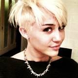 """Jetzt folgt auch Miley Cyrus dem Trend: Ihren neuen """"Undercut"""" präsentiert die Sängerin ihren Fans per Twitter und ist ganz glüc"""