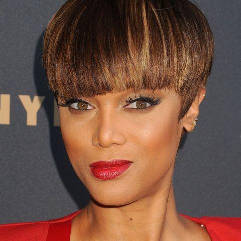 Pilzköpfe sind auf roten Teppichen nur selten zu sehen, aber vielleicht ist Supermodel Tyra Banks mit ihrem Haarstyling-Gruß an die Beatles ja Trendsetterin?!