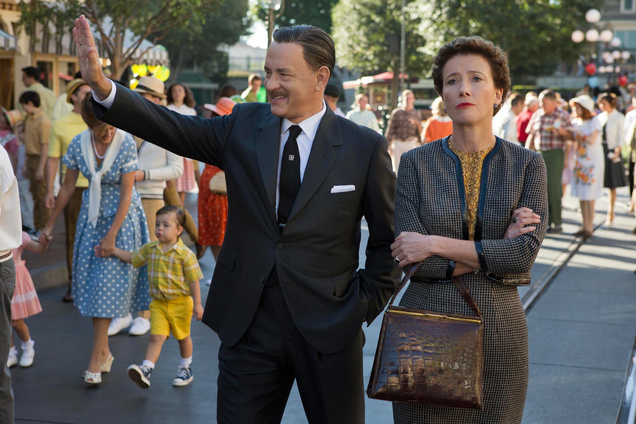 """Selbst ein Besuch im """"Disneyland"""" mit """"Walt Disney"""" (Tom Hanks) kann die Autorin """"P.L. Travers"""" (Emma Thompson) nicht aufmuntern."""