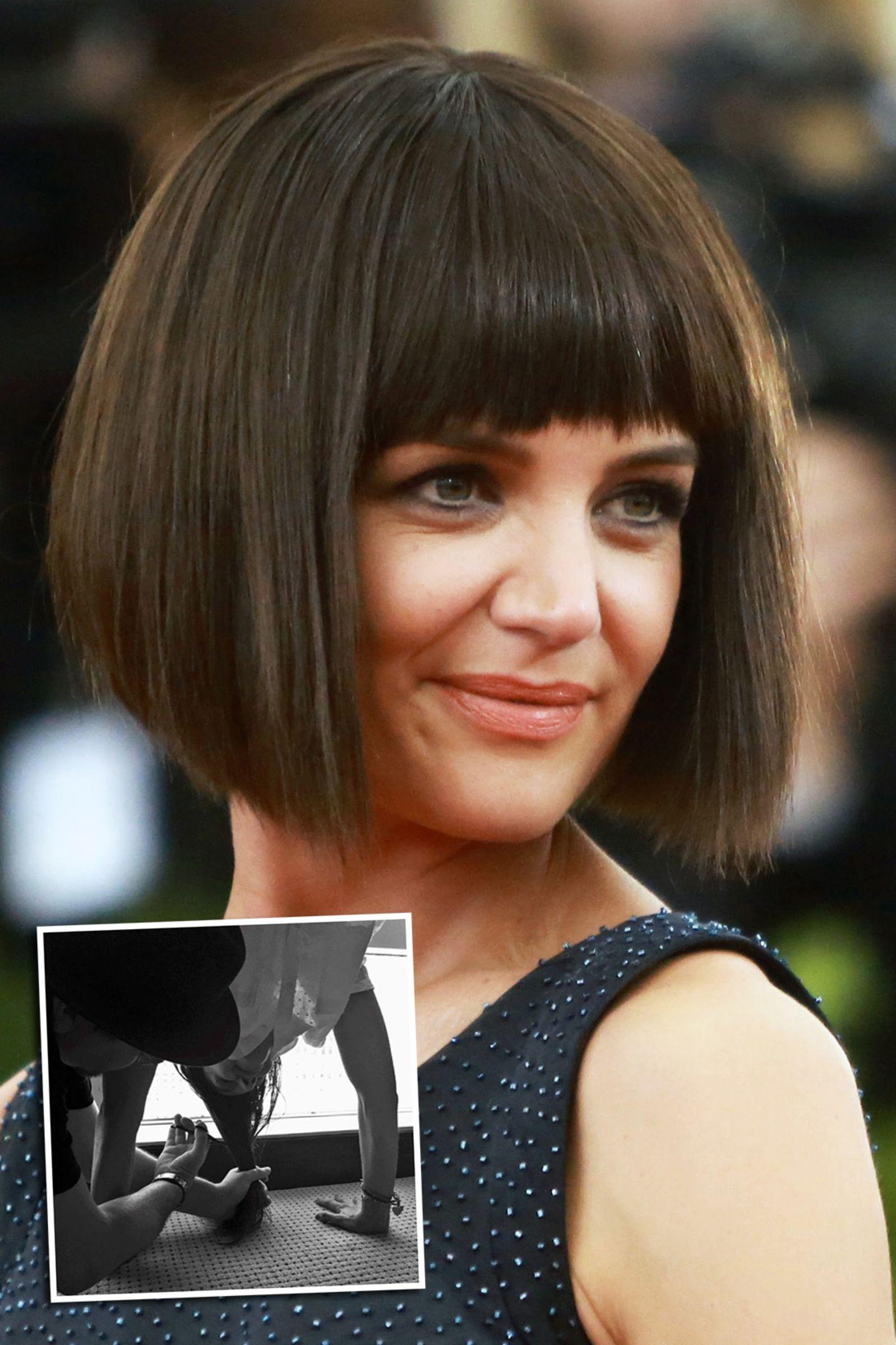 Ist der Bob nun echt, oder ist es eine Perücke? Das fragten sich die Gäste der Met Gala 2015 in New York. Mit gestellten Fotos, auf denen ihre Haare scheinbar gechnitten werden, sorgte Katie Holmes für Aufruhr. Aber... sie trägt tatsächlich eine Perücke. Eine so gute allerdings, dass man dreimal hinschauen muss.