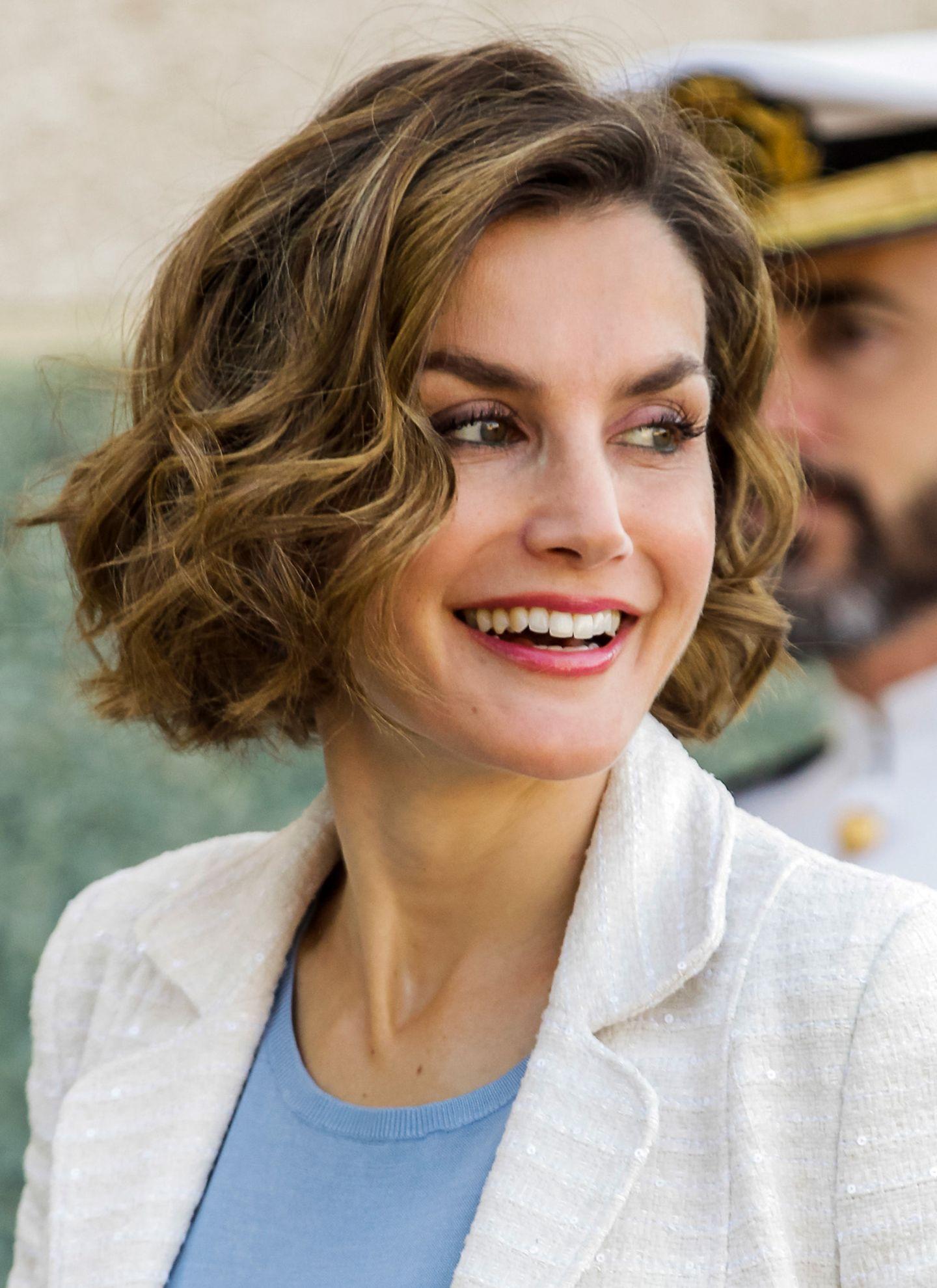 Die Vielseitigkeit des Bob-Haarschnitts präsentiert Königin Letizia sehr schön mit dieser leicht lockigen Styling-Variante.