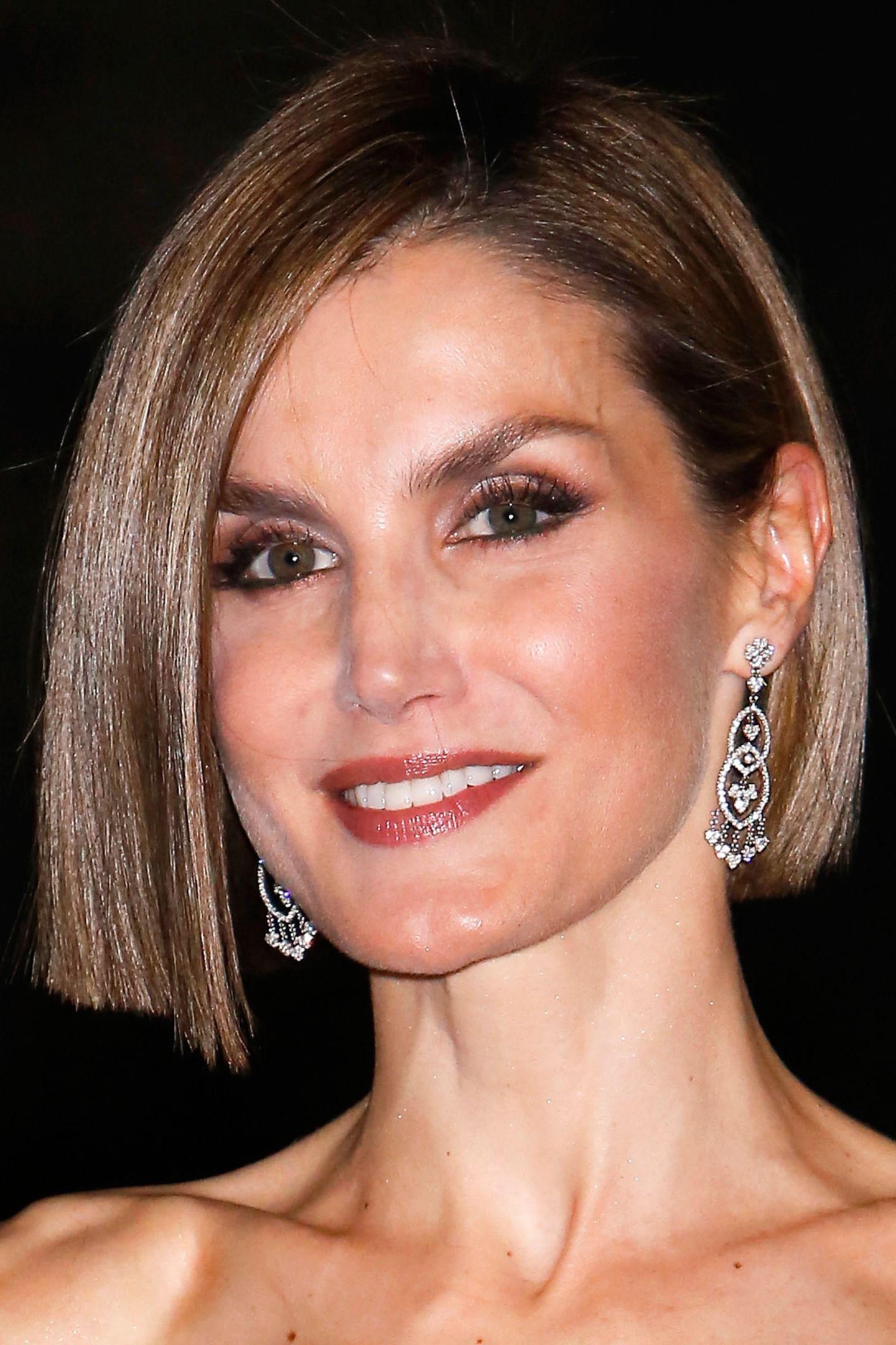 """Der Trend zum Bob geht auch an Königinnen nicht vorbei: Bei der Verleihung der """"Woman Magazin""""-Awards in Madrid präsentiert Königin Letizia ihren tollen, neuen Haarschnitt."""