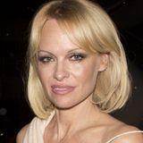 Und tschüss, Extensions! Pamela Andersons neuer Bobschnitt ist nicht nur sehr elegant, sondern lässt ihr Haar auch viel gepflegter wirken als zuvor.
