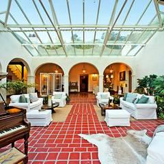 Das Wohnzimmer geht in einen Wintergarten über.