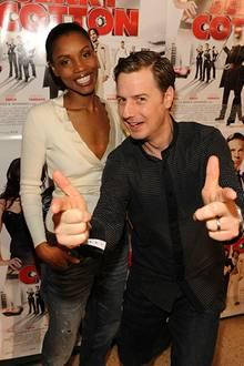 Florian Simbeck zeigt seiner Frau Stephanie seine Begabung für Action-Filme.