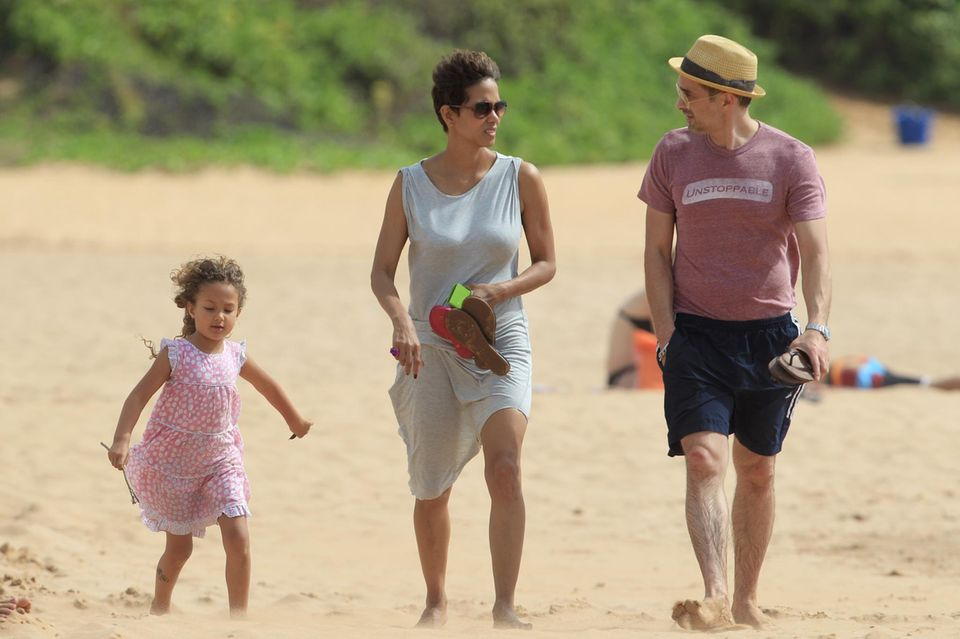 27. März 2013  Osterurlaub auf Hawaii: Halle Berry und Olivier Martinez erholen sich mit Tochter Nahla am Strand. Wenige Tage später gibt Halle Berry ihre zweite Schwangerschaft bekannt.