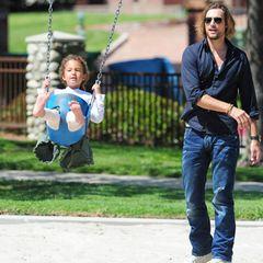 25. April 2013  Gabriel Aubry verbringt den Nachmittag mit Tochter Nahla auf einem Spielplatz in Los Angeles.