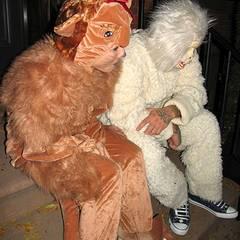31. Oktober 2001: Sandra und Jesse haben sich auf einer Halloween-Party als Hund und Gorilla verkleidet.