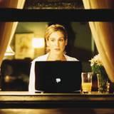 Ein Bild, das zur Ikone wurde: Sarah Jessica Parker als Carrie Bradshaw schreibt ihre Kolumne, und draußen ist es New Yorker Nac