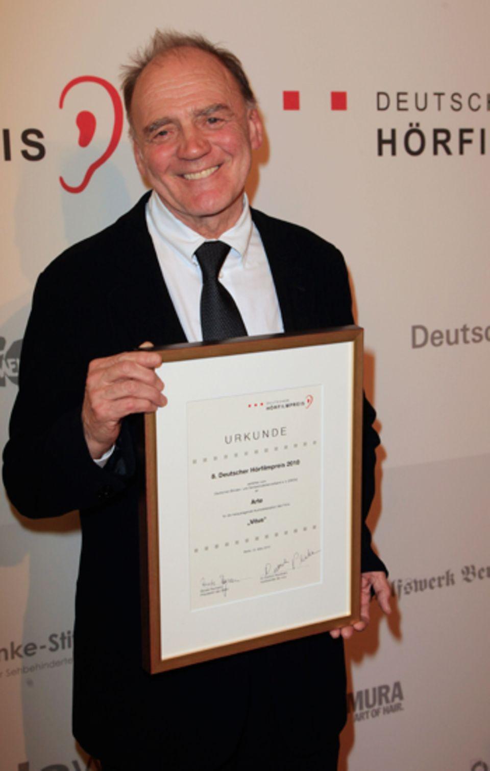 Bruno Ganz freut sich über seine Auszeichnung.