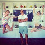 """31. März 2013: Hayden Panettiere und Wladimir Klitschko sind im Liebesurlaub in Miami. Seit Anfang März zeigen sie sich wieder verliebt und sollen sogar schon verlobt sein. Über den Größenunterschied zu ihrem Liebsten macht sich die Schauspielerin bei Twitter selbst lustig. Zu diesem Bild schreibt sie: """"@haydenpanettier + @erinmccarley = 1/2 ukrainischer Riese""""."""