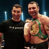 29. Mai 2010: Während sich Wladimir Klitschko über den Sieg seines Bruder Vitali freut ...