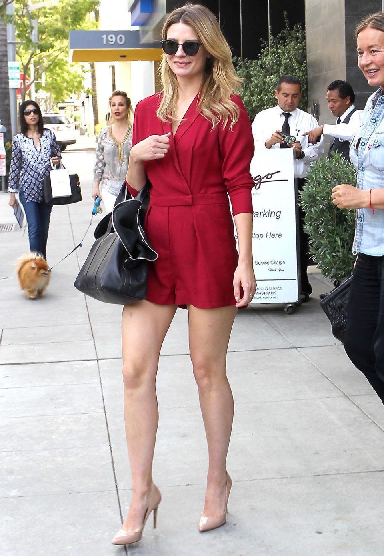 """Mit erschlankter Figur zeigt Mischa nun gerne wieder ihre Beine. Im roten Overall von """"Sass & Bide"""" lässt sieht sexy und elegant aus."""