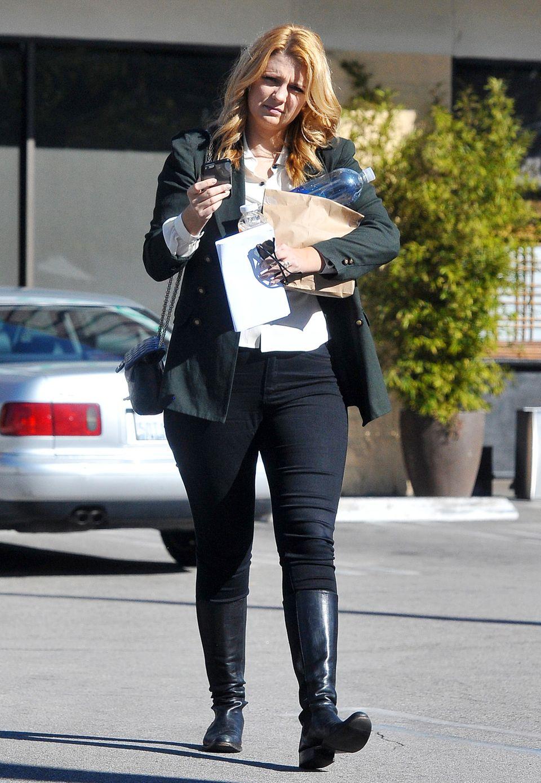 Etwas lieblos wirkt Mischa Bartons Shopping-Outfit hier. Der Reiter-Look ist gerade bei breiteren Hüften nicht unbedingt ideal.