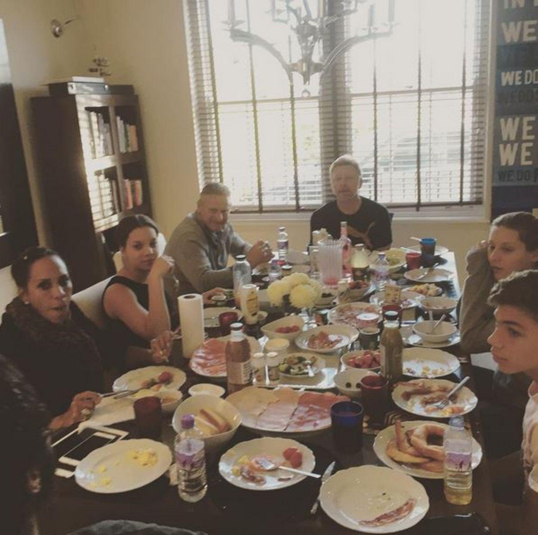 30. November 2015  Die Patchwork-Familie versammelt sich zum gemeinsamen Frühstück. Auch Barbara ist extra gekommen.