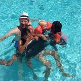 24. Juli 2013  Für Boris Becker geht es mit den Kindern Elias und Amadeus und deren Freunden zur Abkühlung in den Pool.