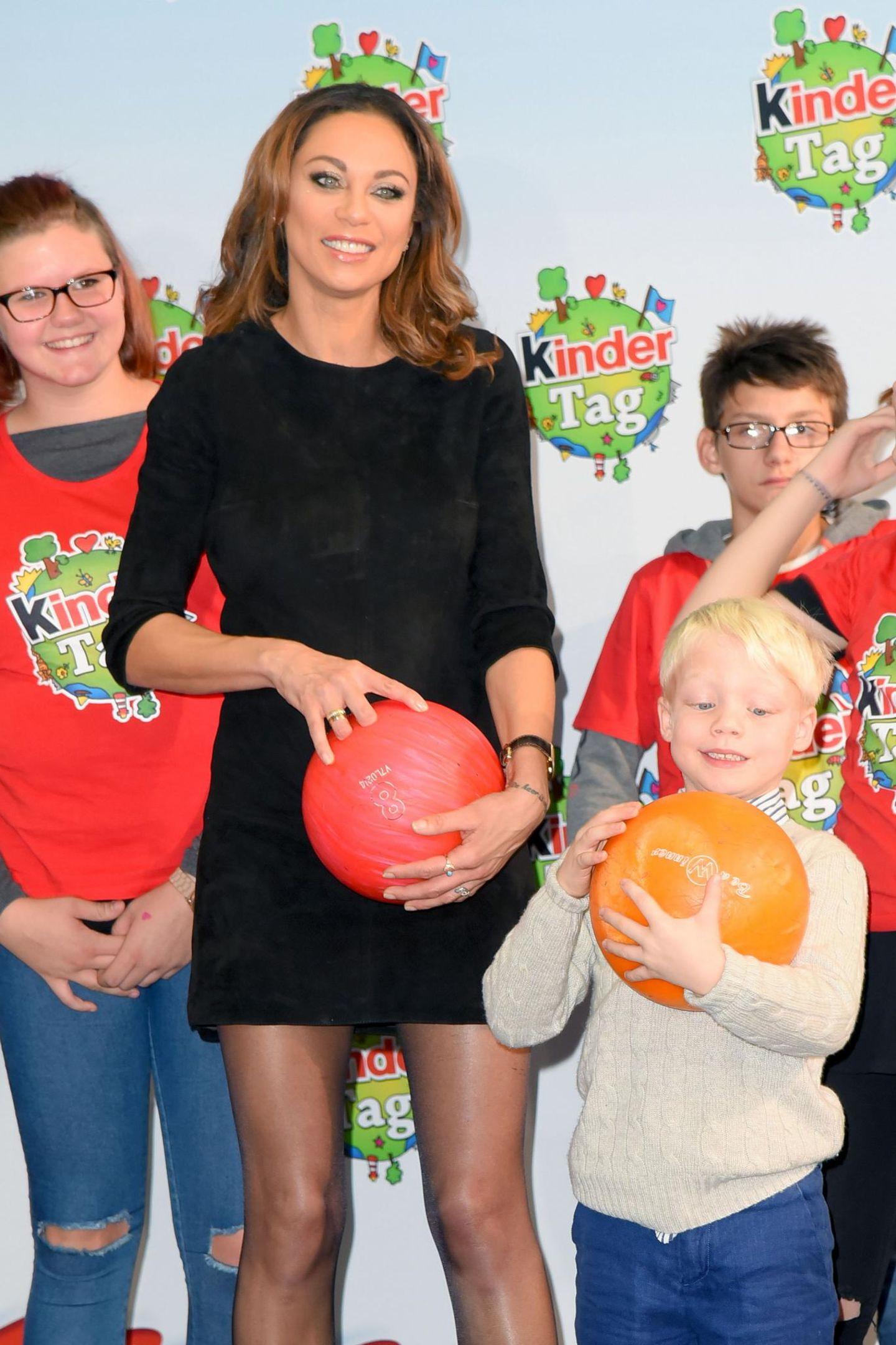 Lilly Becker mit Sohn Amadeus: Im Bubenheimer Spieleland spielen die beiden eine Runde Bowling.