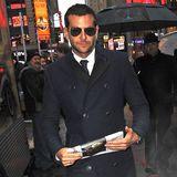 Ein Bild, wie aus einem Film: Dampfende Straßen im New Yorker Winter und entgegen kommt dir ein schöner Kerl mit perfekt sitzendem, blauen Mantel, enggeschnittener Hose und der klassischen Ray-Ban-Pilotenbrille. Schicker geht's kaum, Mr. Bradley Cooper.