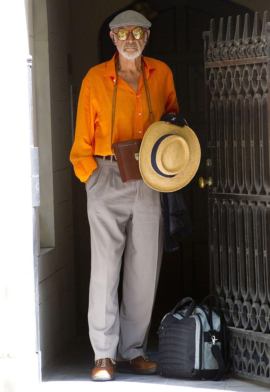 Auf dem Weg zu den US Open beweist Schauspieler Sean Connery mit knalligem Hemd, Sonnenbrille und Panamahut, dass er Coolness und lässige Eleganz noch immer nicht verlernt hat.