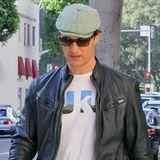 Raus aus dem weißen Oscar-Anzug, rein ins Alltagsoutfit: Matthew McConaughey legt hier besonders beim Schuhwerk Wert auf knallige Farben.