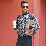 Kaum ist Robbie Williams Vater von Söhnchen Charlton Valentine geworden, trägt er einen modischeren Stil zur Schau. Mit hochgekrempelter Hose, grafischem Pullover und beigen Wildleder-Loafers spaziert er durch Los Angeles.