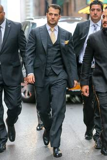 """Ach, wir lieben Männer in gut sitzenden Anzügen! Henry Cavill bringt mit seinem Anzug auf jeden Fall die Fan-Herzen bei der New Yorker Premiere von """"The Man From U.N.C.L.E."""" zum Klopfen."""