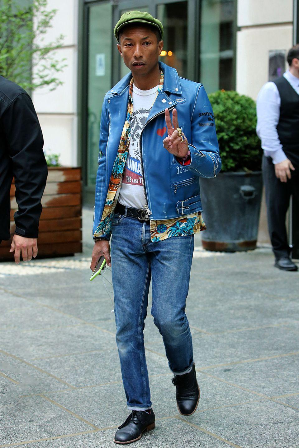 Pharrell Williams ist nicht nur eine musikalische Ausnahmeerscheinung, sondern auch eine modische. Sein Stil ist abwechslungsreich und überraschend, und kaum ein anderer könnte wohl mit einer Hawaii-Hemd-Lederjacken-Kombi so stylisch davonkommen.