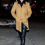 Obenrum klassisch im Kamelhaarmantel, untenrum rockig mit Lederhose: Robin Thicke beim Abendspaziergang durch Philadelphia.