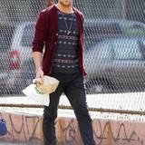 """""""Drive""""-Star Ryan Gosling zeigt sich mit Cardigan, Jeans und T-Shirt in einem lässigen, aber sehr modischen Outfit."""