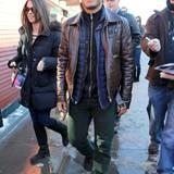 Gala Men: Keine Angst vor grünen Hosen: Gabriel Garcia Bernal macht's farblich richtig und zieht dazu seine braune Lederjacke an.
