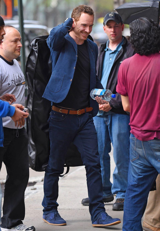 """""""X-Men""""-Star Michael Fassbender hat den Blues, aber nur farblich gesehen. Ganz in Blau gekleidet und gut gelaunt ist er in New York unterwegs."""