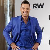 Robbie Williams macht blau: Im kobaltblauen Komplettlook promotet der smarte Entertainer seine anstehende Tournee. Seine knalligen Slipper sind zusätzlich sogar noch mit funkelnden Nieten besetzt.