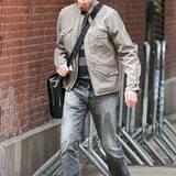Musik-Ikone David Bowie hat seinen Ruf als Trendsetter bis heute nicht eingebüßt. Mit cooler Schiebermütze und verspiegelter Sonnenbrille ist er in einem steingrauen Outfit in New York unterwegs.