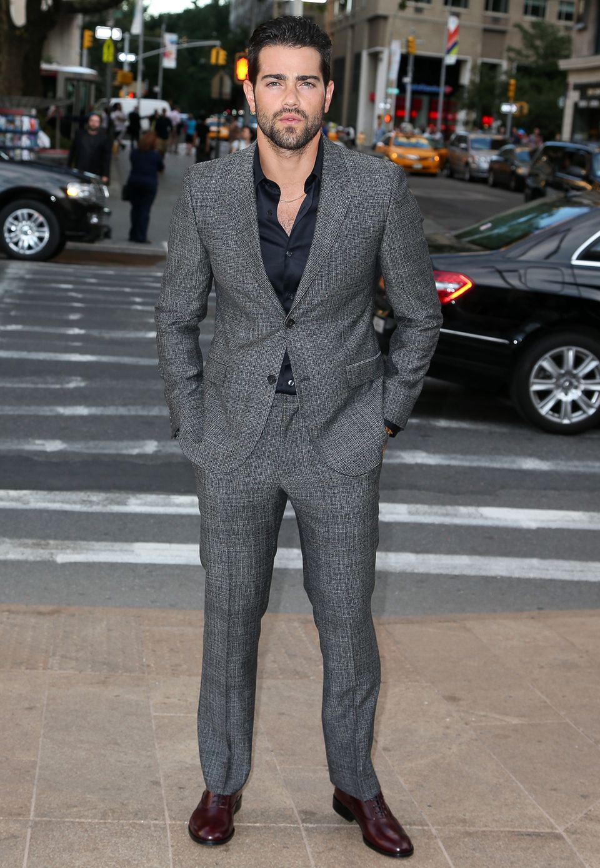 Grauer Anzug mit Salz-und-Pfeffer-Muster, ein schlichtes schwarzes Hemd und die Hände lässig in den Taschen: Jesse Metcalfe hat Style im Blut.