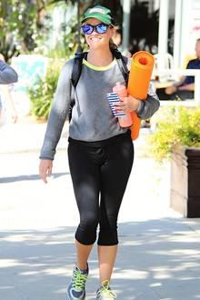Nach ihrem Yogakurs ist Reese Witherspoon gut gelaunt auf den Weg nach Hause.