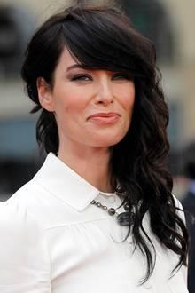 """In """"Game of Thrones"""" ist Lena Headey als Königin Cersei Lennister zwar dunkelblond, auf dem roten Teppich zeigt sie sich aber mit schwarzer Haarpracht und minimal rötlichem Schimmer."""